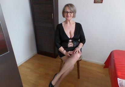 LadyBea: Hallo Liebling ! Ich bin LadyBea. Eine reife Dame. Die Dich mit ihrer geballten Ladung an sexuellen Erfahrungen vom Hocker hauen wird. In meinem Sex...
