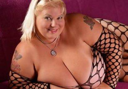 HotSamanta: Hallo Schatz ! Ich bin dein großes Busenwunder HotSamanta. Ich habe gigantisch große Brüste und bin darauf auch sehr stolz ! Ich...